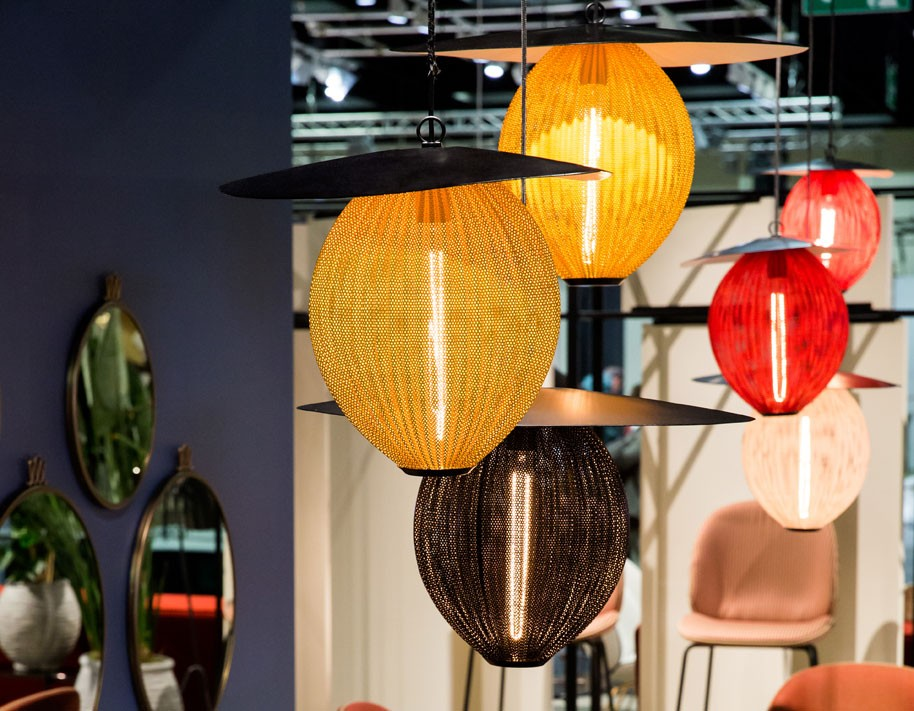 Satellite-pendant-lamp_Beetle-chair_Gubi-table-2