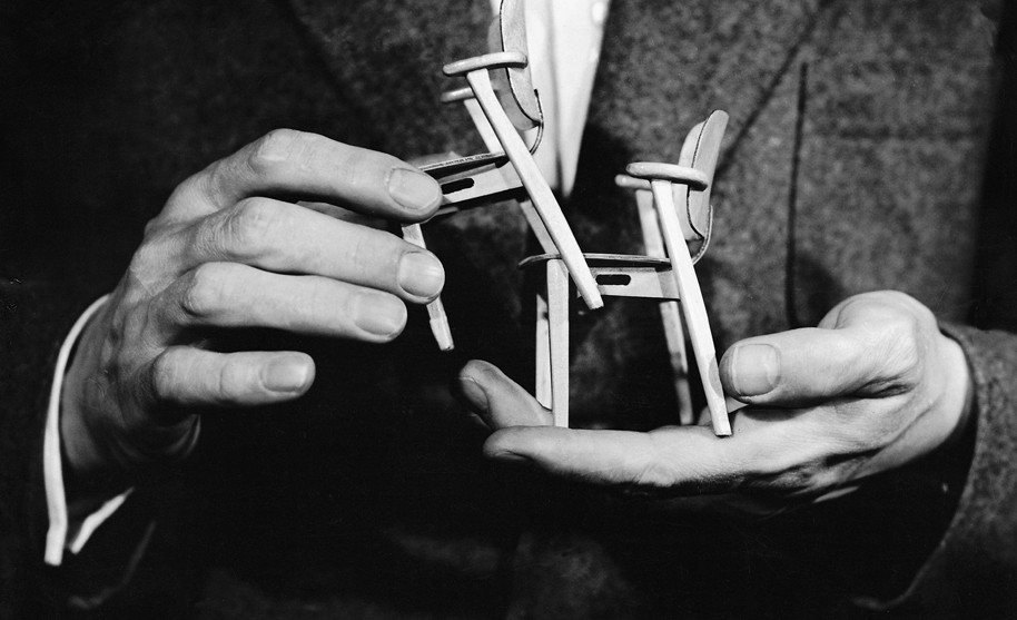 Ilmari-Tapiovaaras-hands-with-miniature-Domus-1940s