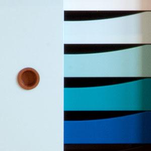 Türen Weiß / Hellblau, Schubladen blauer Farbverlauf