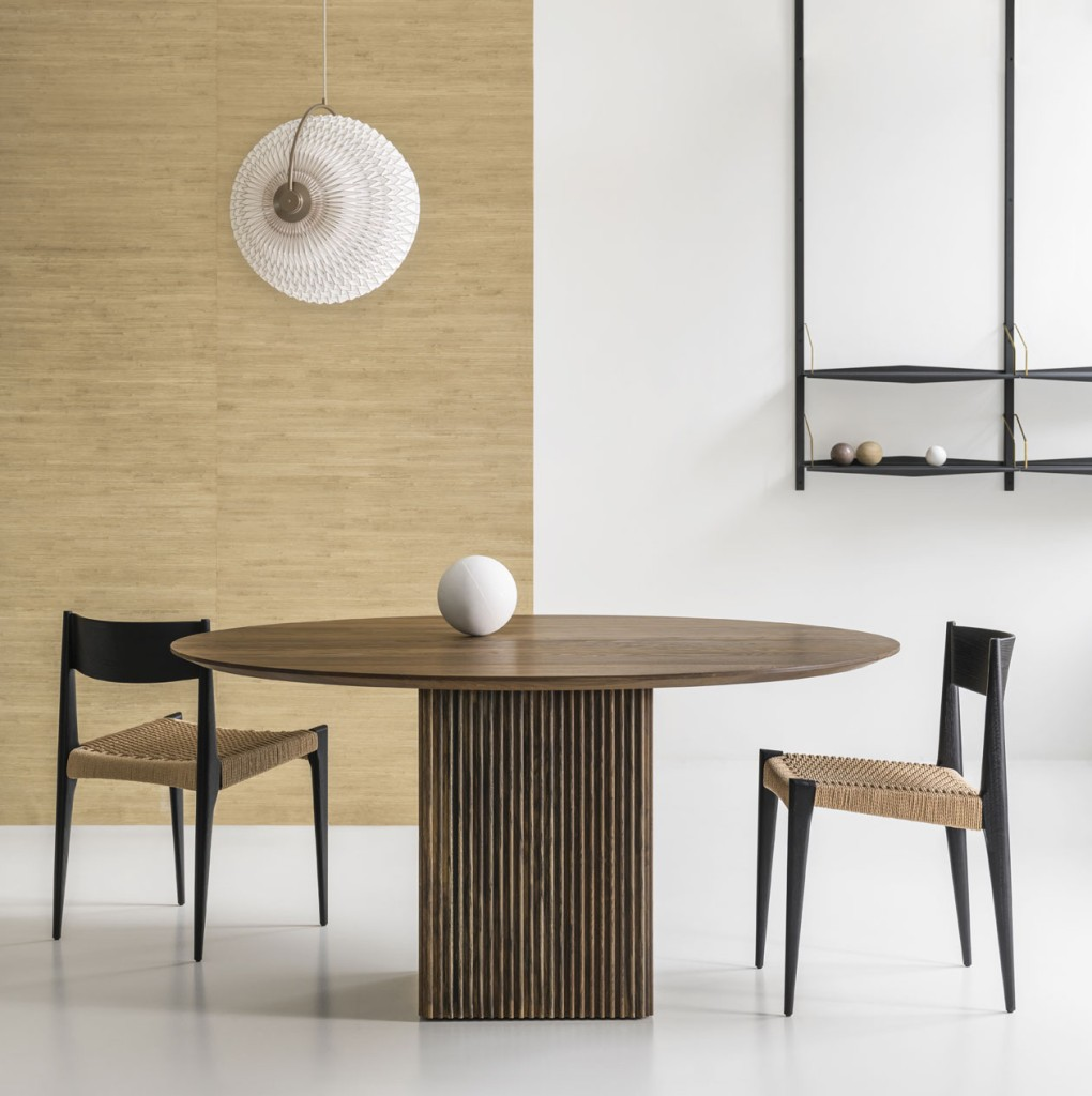 TEN-TABLE-ROUND_O150_smoked-oak_with-lamp_with-PIA-CHAIR_II13F9StJC82edEvZ